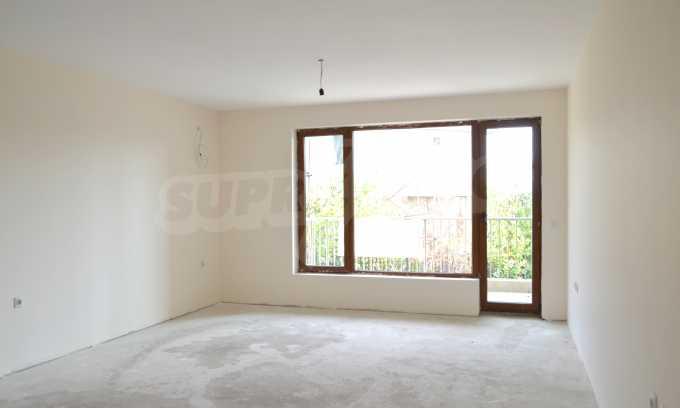 Breites 3-Raum-Apartment in der Gegend Ewksinograd 6