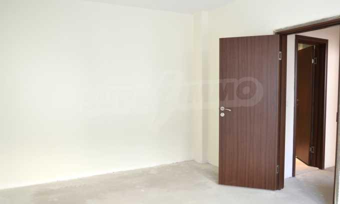 Breites 3-Raum-Apartment in der Gegend Ewksinograd 11