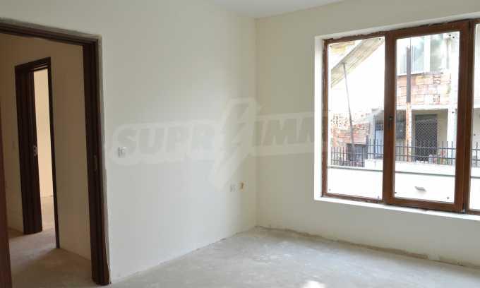 Breites 3-Raum-Apartment in der Gegend Ewksinograd 12