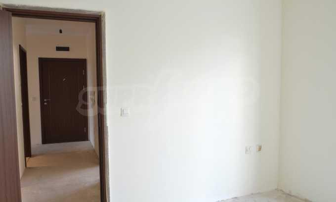 Breites 3-Raum-Apartment in der Gegend Ewksinograd 13