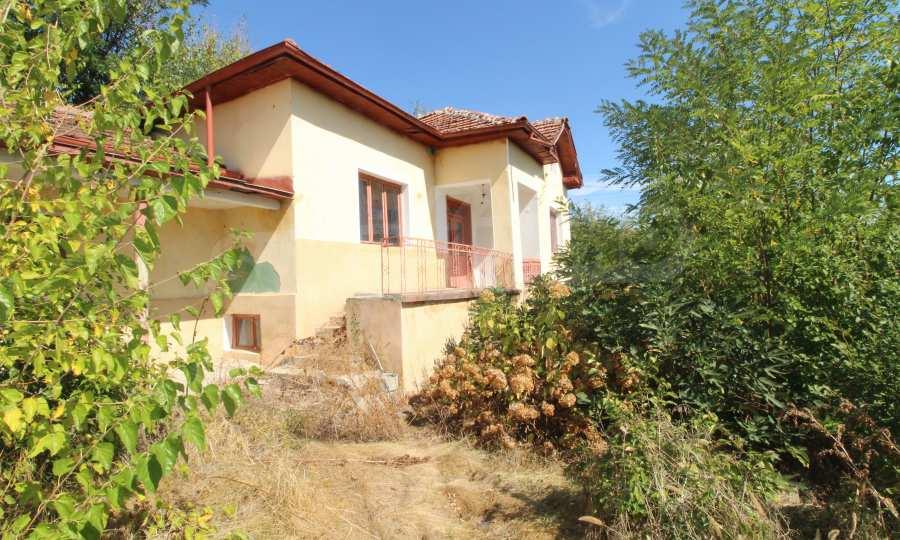 Zweistöckiges Haus mit Hof in einem Dorf, 9 km vom Fluss Donau entfernt