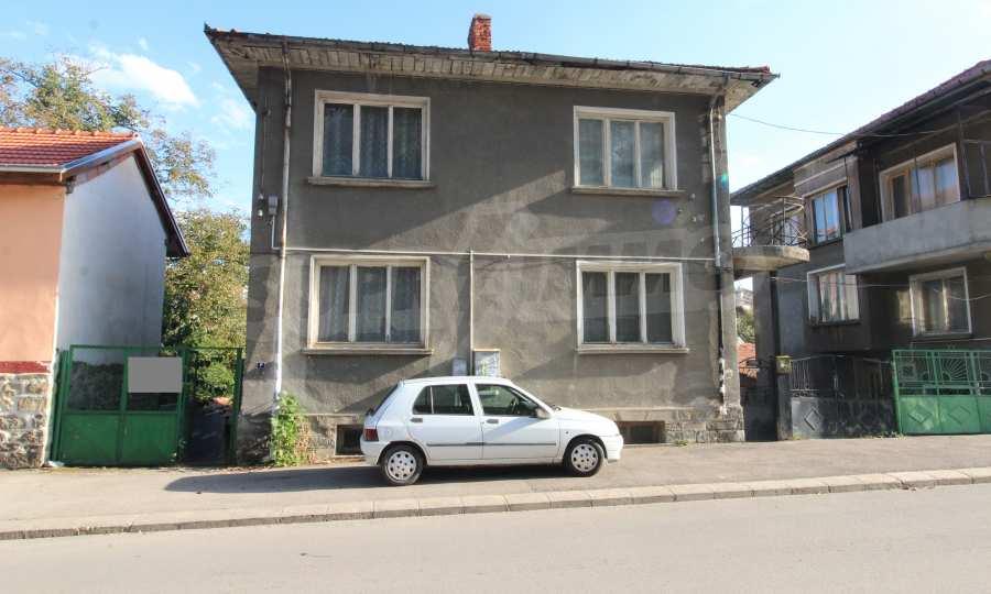 Massives dreistöskives Haus mit Garage in der Stadt Trojan