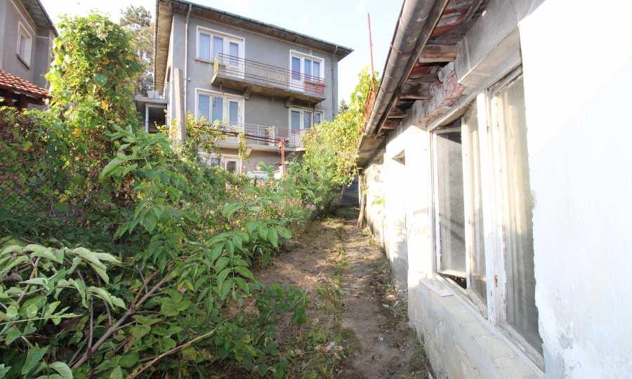 Massives dreistöskives Haus mit Garage in der Stadt Trojan 41