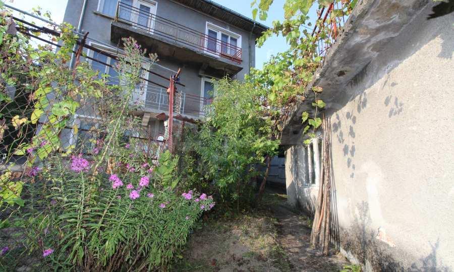Massives dreistöskives Haus mit Garage in der Stadt Trojan 42