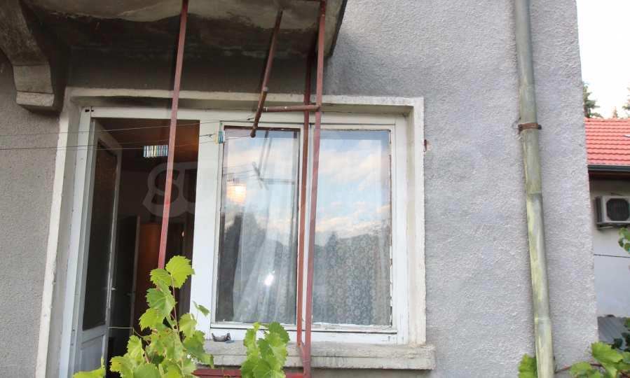 Massives dreistöskives Haus mit Garage in der Stadt Trojan 44
