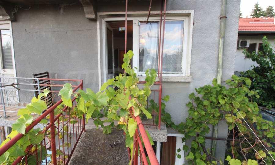 Massives dreistöskives Haus mit Garage in der Stadt Trojan 5