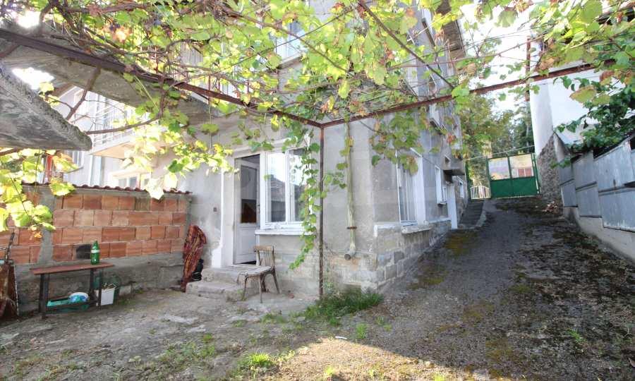 Massives dreistöskives Haus mit Garage in der Stadt Trojan 6