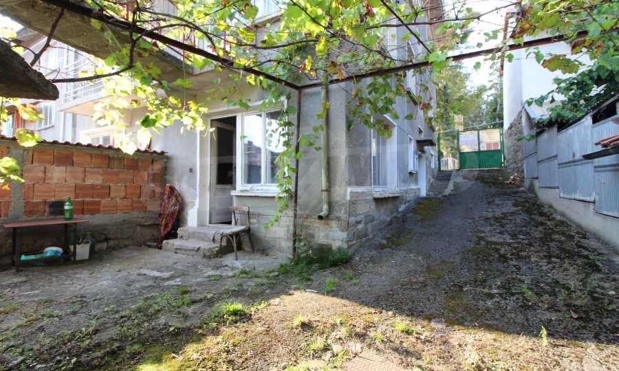Massives dreistöskives Haus mit Garage in der Stadt Trojan 7