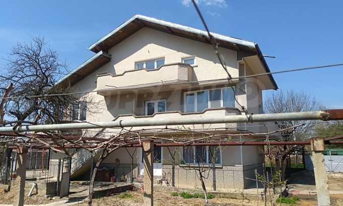 Massives dreistöckiges Haus mit Garage, das 27 km von Veliko Tarnovo entfernt ist