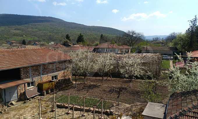 Massives dreistöckiges Haus mit Garage, das 27 km von Veliko Tarnovo entfernt ist 12