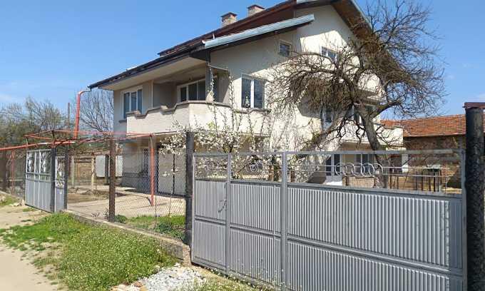 Massives dreistöckiges Haus mit Garage, das 27 km von Veliko Tarnovo entfernt ist 1