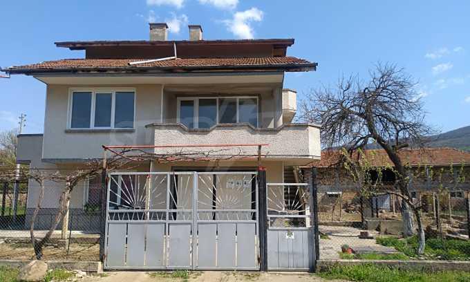 Massives dreistöckiges Haus mit Garage, das 27 km von Veliko Tarnovo entfernt ist 3