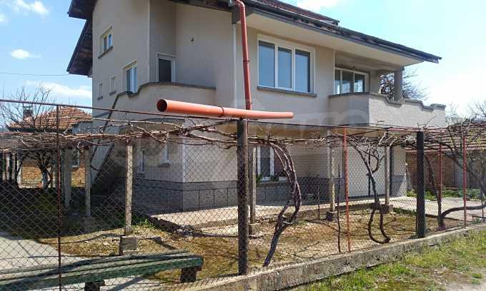 Massives dreistöckiges Haus mit Garage, das 27 km von Veliko Tarnovo entfernt ist 5