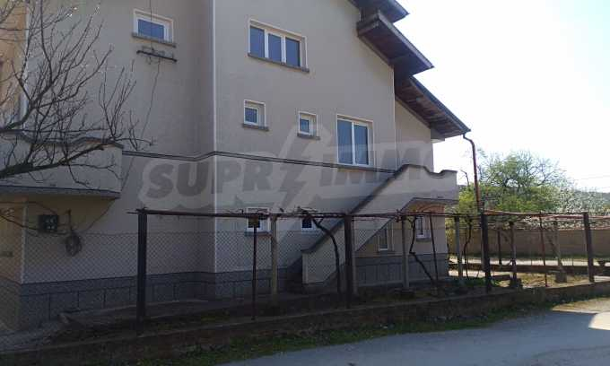 Massives dreistöckiges Haus mit Garage, das 27 km von Veliko Tarnovo entfernt ist 7