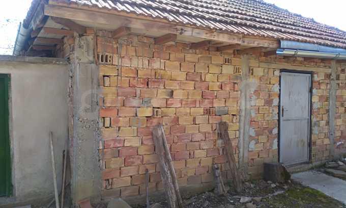 Massives dreistöckiges Haus mit Garage, das 27 km von Veliko Tarnovo entfernt ist 8