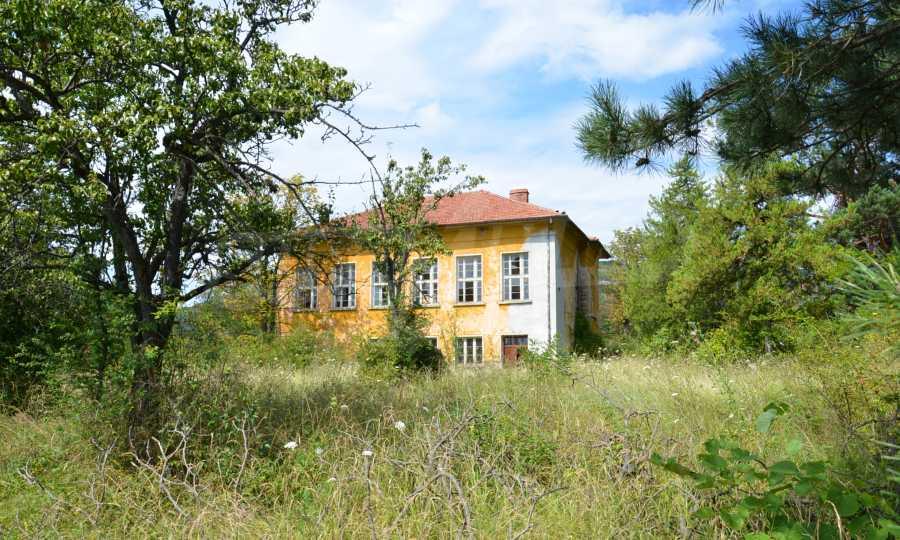 Сграда на бивше училище само на 6 км от град Габрово  10