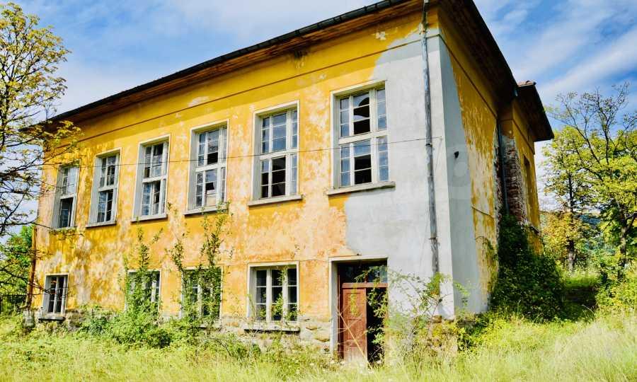 Сграда на бивше училище само на 6 км от град Габрово  2