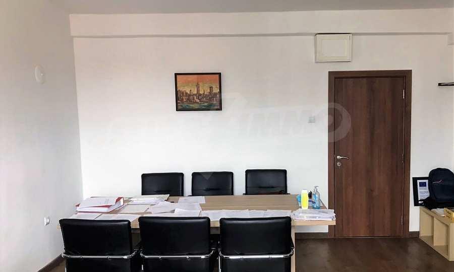 Малък офис в офис сграда до Съдебната палата