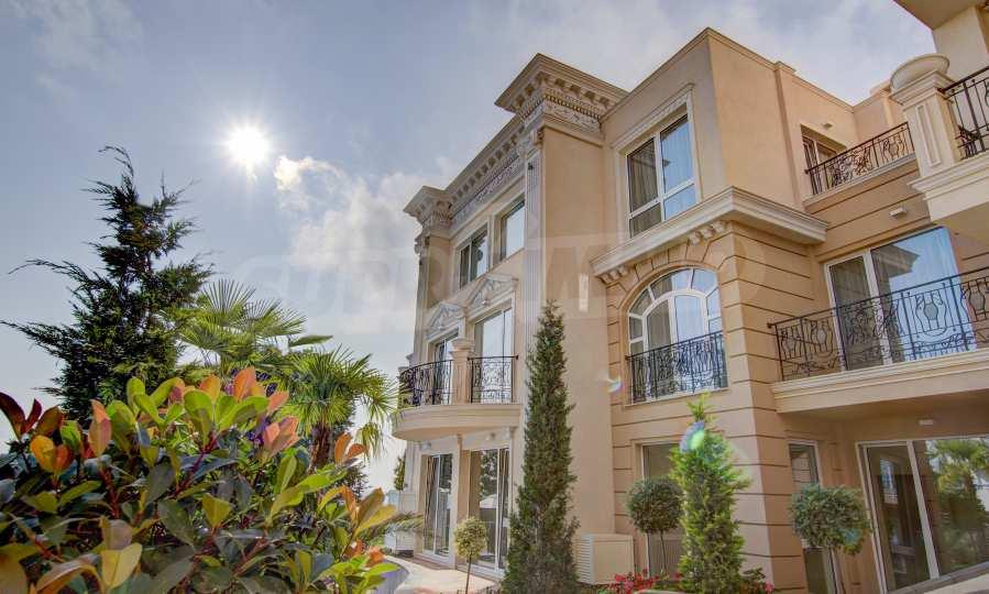 Луксозен двустаен апартамент с фронтални гледки към морето и плажа в забележителната морска резиденция Belle Époque